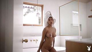 Dominique Lobito bares her body and poses for us while taking a bath