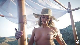 Emma Hix seductively reveals her perky titties and meaty ass while posing in the desert